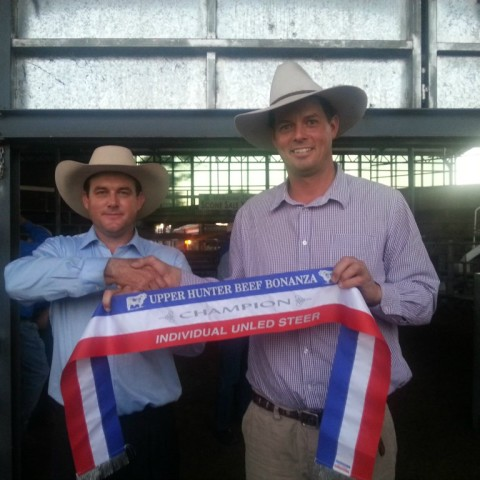 2015 Upper Hunter Beef Bonanza Judge Matt Spry presents Champion Ribbon to Lachlan James